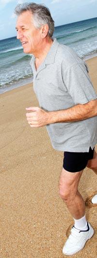 Home gran corrent per la platja
