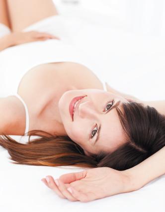Dona jove esturada al llit