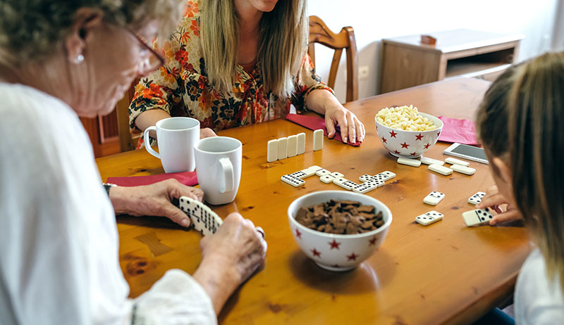 Jugando al dominó