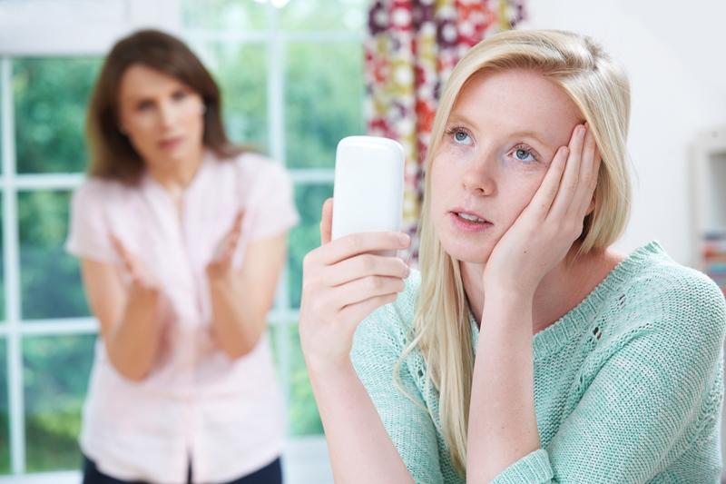 Madre regaña a niña con el móvil