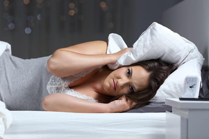 Mujer enfadada en la cama