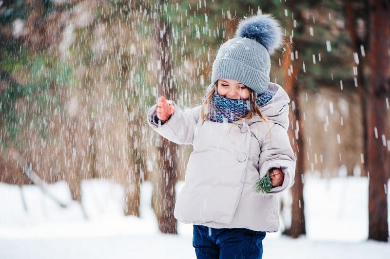 niña jugando en la nieve
