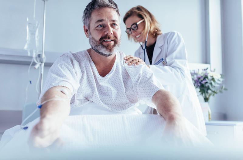doctora revisa paciente hospital