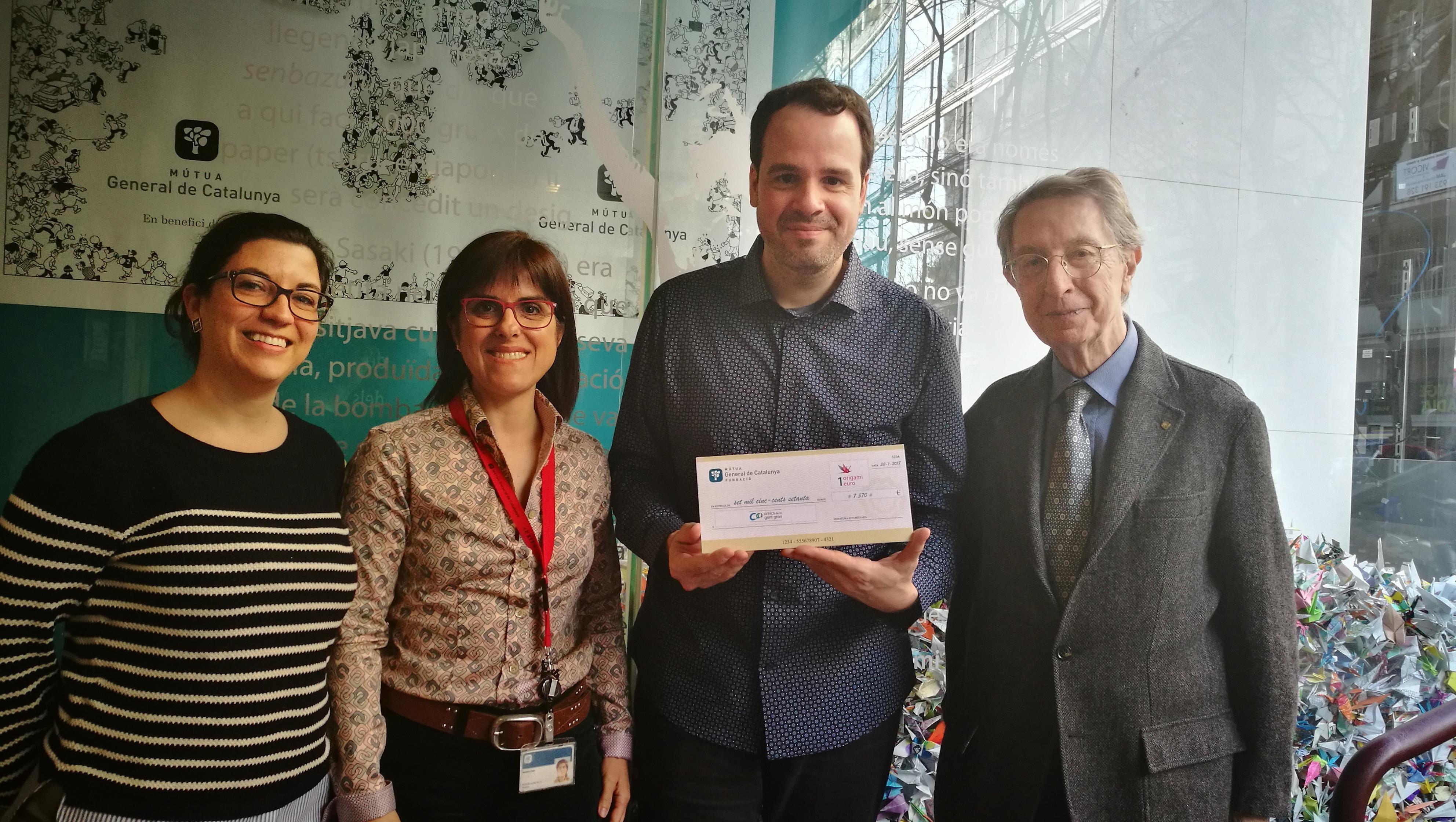 Solidaridad San Juan de Dios y Amics de la Gent Gran reciben la donación económica de 1 origami 1 euro