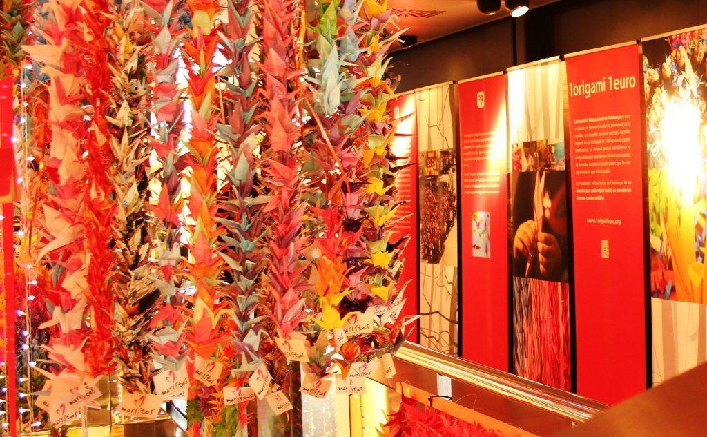 Espectacular exposición de «senbazuru» de la Fundación Mútua General de Catalunya