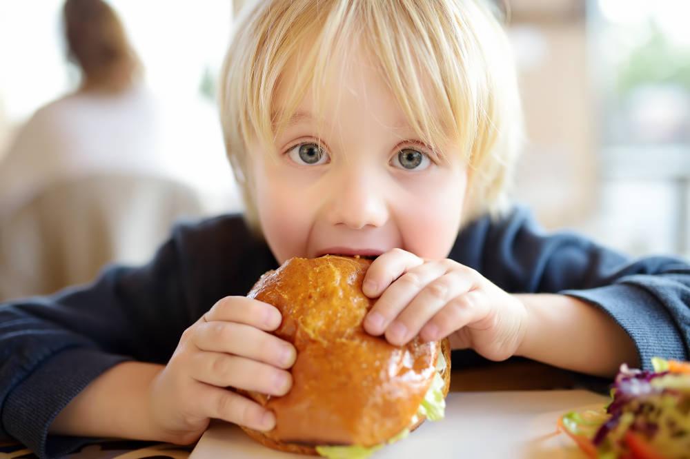 Cuatro hábitos que aumentan la obesidad infantil sin que nos demos cuenta